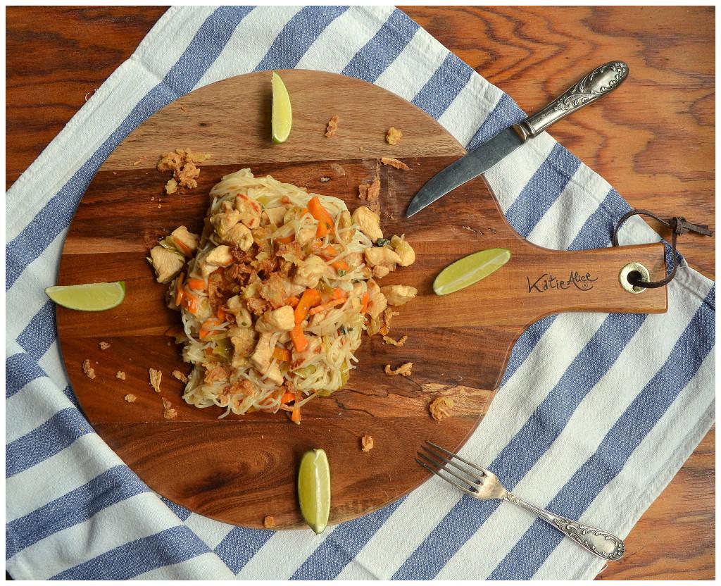 Limetkové nudle s kuřecím masem a smaženou cibulí