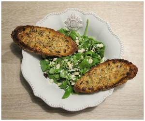 Salát se sušenými rajčaty, kešu oříšky a česnekovou bagetkou