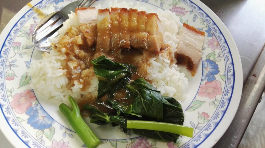 Deep fried crispy skin pork with rice (thajská verze bůčku s rýží a omáčkou)