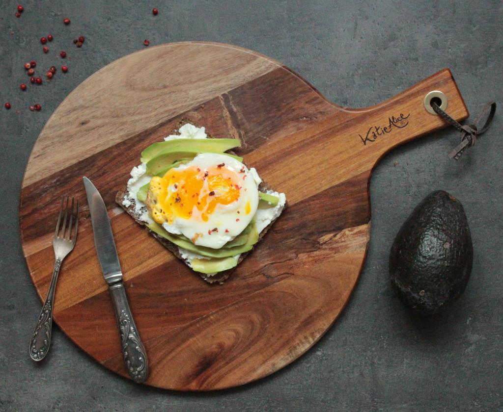 Chléb s avokádem, vajíčkem a červeným pepřem